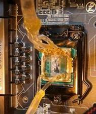 На этой фотографии показано, как трубки для перемещения хладагента соединяются с мини-резервуаром на процессоре.